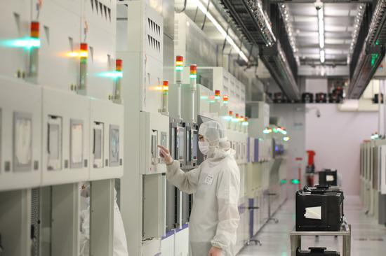 An employee of Semiconductor Manufacturing International Corp works at the company's factory in Beijing. [Photo/Xinhua]