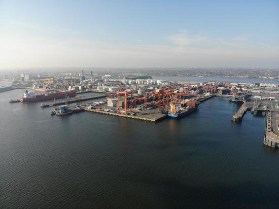 都伯林港口,最繁忙的海港鸟瞰图在爱尔兰。 (新华社)