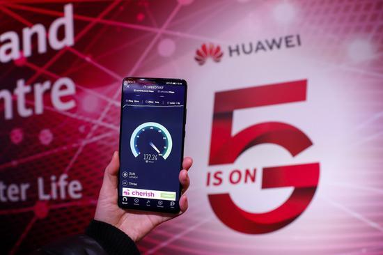 2020年1月28日拍攝的照片顯示了在英國倫敦的華為5G創新和體驗中心進行的華為5G手機測試速度。 (新華社/韓艷)
