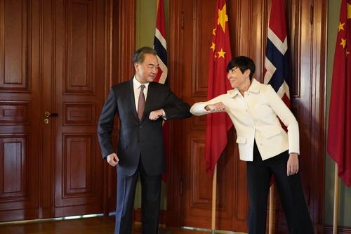 中国国务委员兼外交大臣王毅(左)和挪威外交大臣伊内·索里德(右)。 /中国外交部