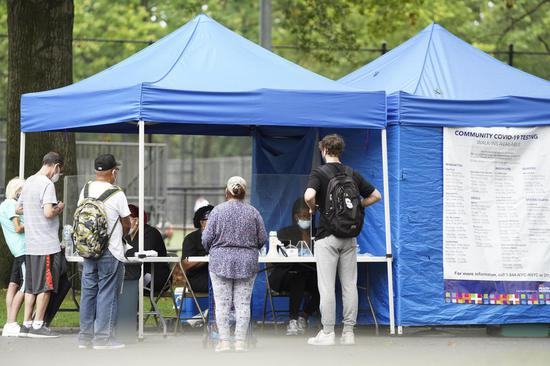 2020年8月13日,人们在美国纽约布鲁克林日落公园的一个临时测试地点等待接受COVID-19测试。(新华社/王颖)