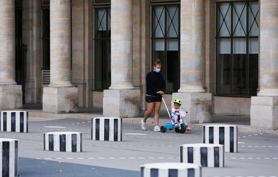 A mother takes a walk with her child at the Palais Royal in Paris, France, Aug. 29, 2020. (Xinhua/Gao Jing)