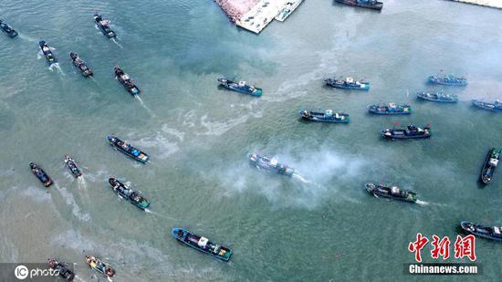 随着年度钓鱼禁令的结束,中国东部的渔港开放