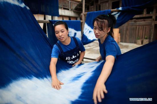 当地人在贵州制作Dong族传统服饰