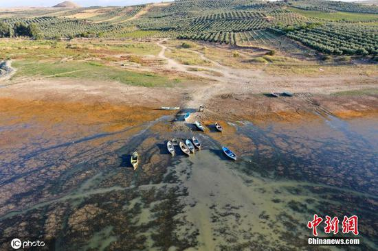 Drought threatens livelihood of fishermen in western Turkey lake