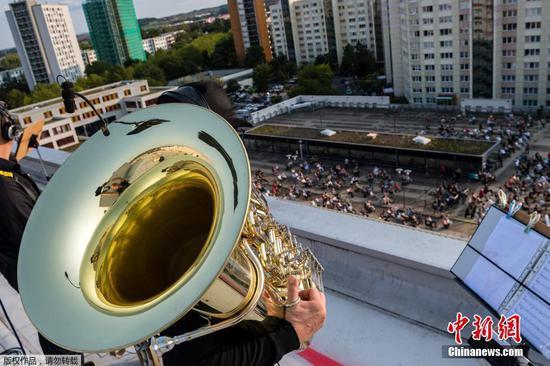 阿尔卑斯山,喇叭,低音号在德国城市的屋顶上进行病毒安全演唱会
