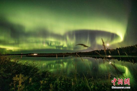 耀眼的北极光照亮了天空