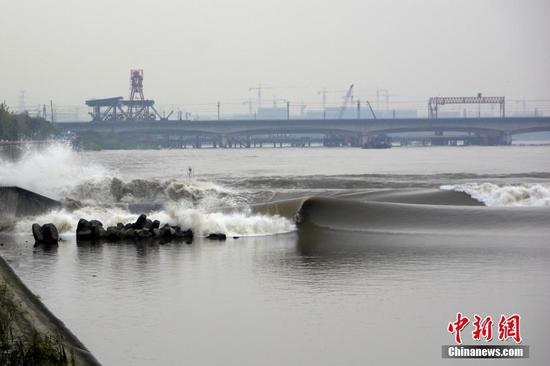 Tourists flock to watch tidal waves in Qiantang River