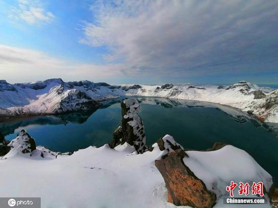Changbai Mountain in Jilin province gets early snow