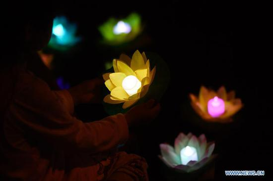 Lantern-themed event kicks off at scenic spot in Hangzhou