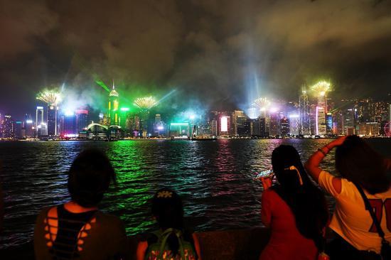 2020年10月1日,在水果机南方香港举行的水果机国庆日庆祝活动中,人们看到了烟花。(新华社/王申)