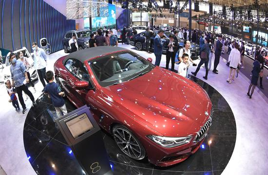 People tour the 2020 Nanjing International Automobile Exhibition in Nanjing, Jiangsu province, on Thursday. The six-day event, which began on Thursday, attracted more than 100 auto brands, with nearly 1,000 cars on show. (WAN CHENGPENG/FOR CHINA DAILY)