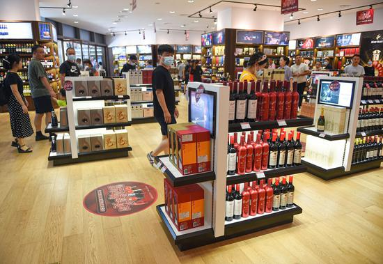 Consumers shop at a duty-free store in Haikou, capital of south China's Hainan Province, Oct. 4, 2020. (Xinhua/Pu Xiaoxu)