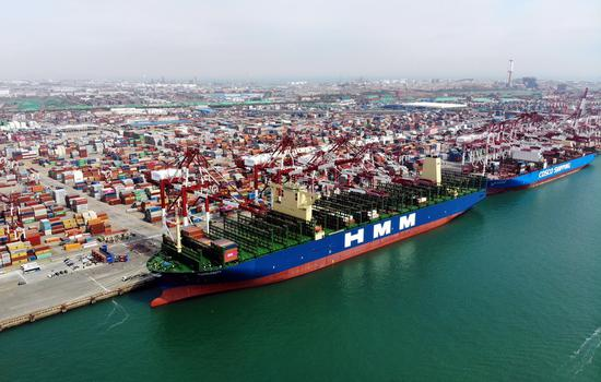 Aerial photo taken on April 26, 2020 shows HMM Algeciras docking at Qingdao Port in Qingdao, east China's Shandong Province. (Xinhua/Li Ziheng)