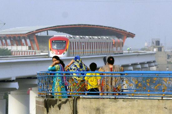 Photo taken on May 16, 2018 shows people watching the Orange Line Metro Train (OLMT) during a test run in eastern Pakistan's Lahore. (Xinhua/Sajjad)