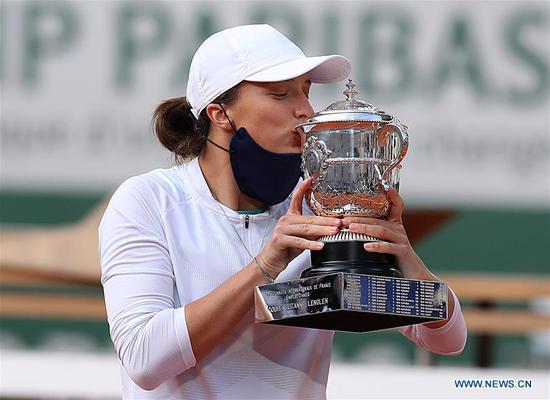 Swiatek beats Kenin for history-making victory in French Open final