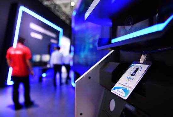 Photo taken on Oct. 12, 2020 shows a body temperature scanning robot displayed at an expo on China's digital transformation in Fuzhou, capital of southeast China's Fujian Province. (Xinhua/Wei Peiquan)