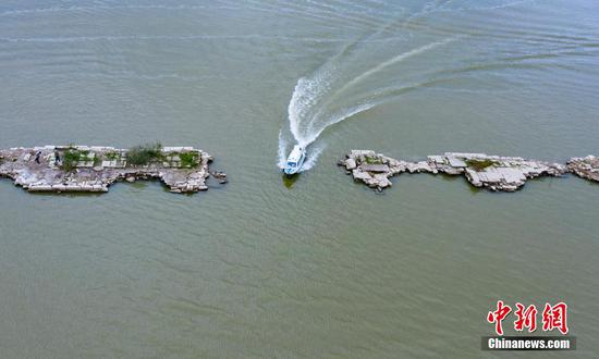 Ming Dynasty bridge reemerges from shrinking lake in Jiangxi