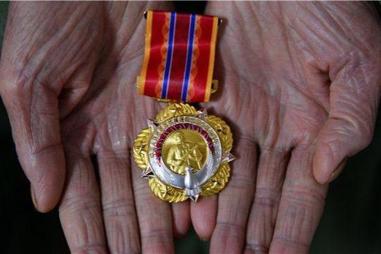 中国退伍军人为抗美援朝和朝鲜援助而在战争中进入朝鲜获得了勋章