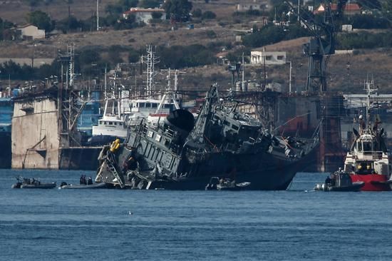 Containership and Greek minesweeper collide off Piraeus