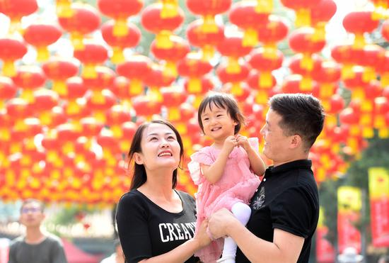 Tourists visit Badachu Park decorated with red lanterns in Beijing, on Oct 2, 2019. (Photo/Xinhua)