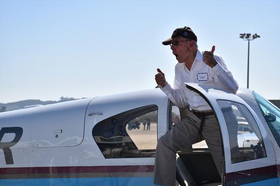 2020年10月30日,哈里·莫耶(Harry Moyer)降落在美国加利福尼亚州圣路易斯·奥比斯波的地面上后的手势。(新华社/高山)