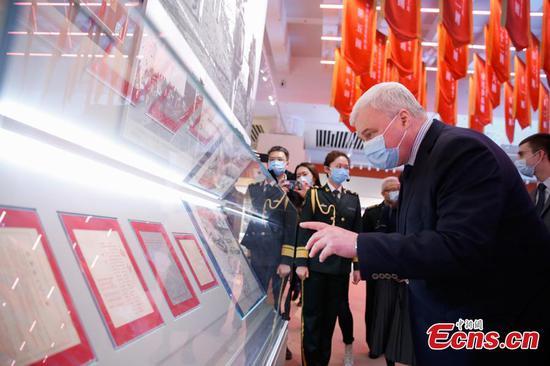 俄罗斯驻华大使参观在北京举行的展览