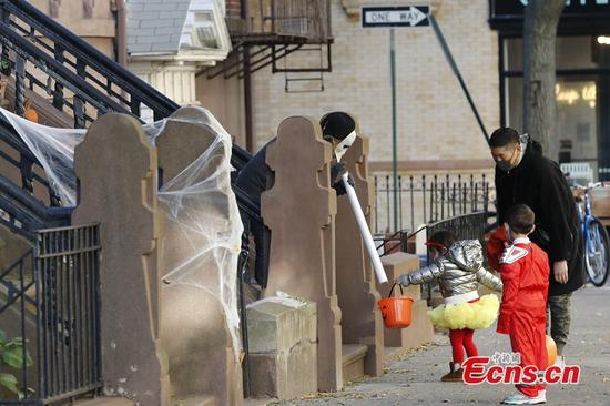 Children wearing costumes trick or treat in Brooklyn, New York, United States, on Oct. 31, 2020. Due to the ongoing COVID-19 pandemic, New Yorkers maintained social distancing while celebrating this year's Halloween. (Photo: China News Service/Liao Pan)