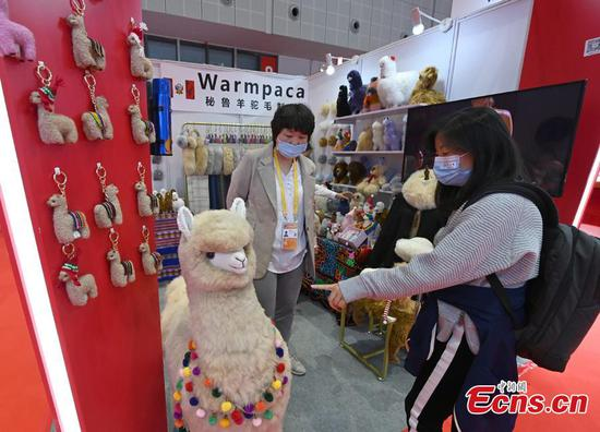 Alpaca wool products from Peru wow visitors at 3rd CIIE