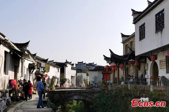Old village in East China's Anhui attracts artists