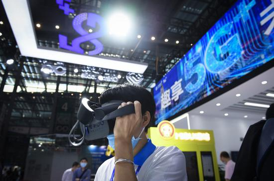 A staff member demonstrates a VR device supported by the 5G network at the booth of telecom giant China Mobile during the 22nd China Hi-Tech Fair in Shenzhen, south China's Guangdong Province, Nov. 12, 2020. (Xinhua/Mao Siqian)