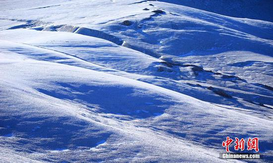 Snow turns Xinjiang grassland into picturesque wonderland
