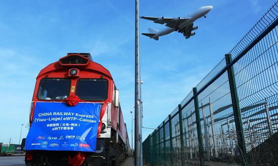 2019年10月25日拍摄的照片显示了来自中国东部义乌的中国中铁快运(义乌-列日)阿里巴巴eWTP菜鸟货运列车的抵达仪式在比利时列日。 (新华社/潘格平)