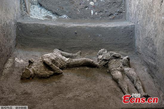 庞贝城的考古学家发现公元79年爆发的两名受害者的遗体