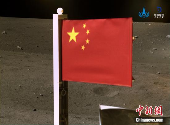 中国航天局发布在月球上展开的国旗图片