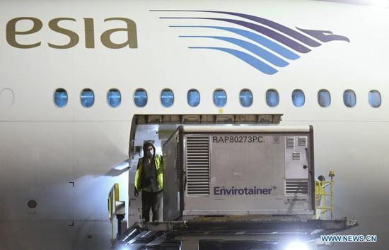 一名工人于2020年12月6日在印度尼西亚万丹省坦格朗区的Soekarno-Hatta国际机场从中国Sinovac卸下水果机供应。来自中国的COVID-19水果机抵达印度尼西亚后状况良好,并且有冷藏车可交付卫生部长特拉万·阿格斯·普特兰托(Terawan Agus Putranto)周一表示,已经做好充分准备,可以保持水果机不受损坏和安全。他说,按照程序,还准备了一个水果机储存库,以容纳来自中国的120万剂Sinovac水果机,并进行冷链管理。他还补充说,预计COVID-19水果机将分发给中国部分省的卫生部门。印度尼西亚,然后被送往地区或城市卫生办公室。(小穆克利斯/总统府/通过新华社分发)