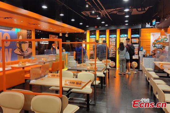 香港实施餐厅用餐禁令以遏制COVID-19案件的上升