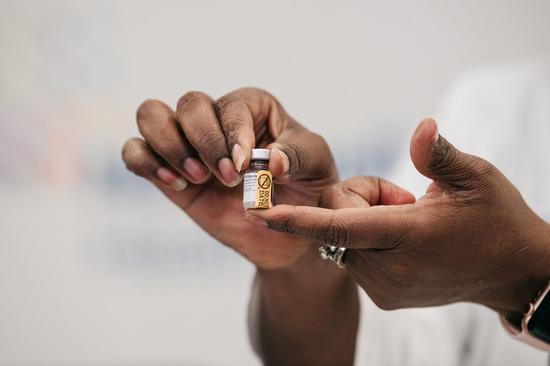 随着死亡人数超过30万,美国开始推出COVID-19疫苗