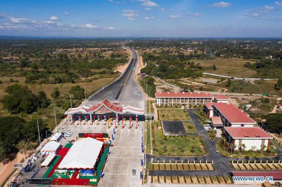 2020年12月20日拍摄的航拍照片显示了老挝万象的中国老挝高速公路的万象-万荣路段。 (摄影:斋藤启雄/新华社)