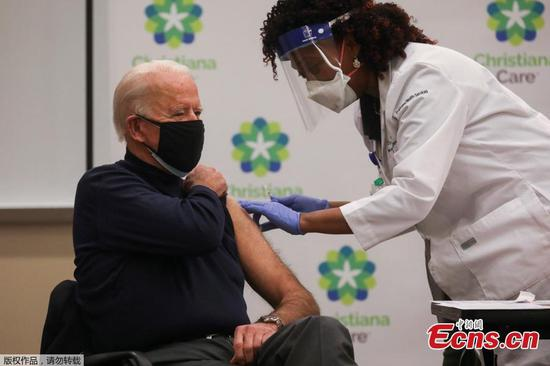 美国总统当选人拜登接受冠状病毒疫苗