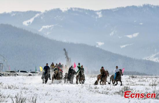 Xinjiang herdsmen perform traditional customs at snow carnival
