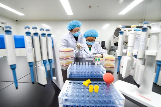 Researchers from the Innovative Institute of Nanjing Oncoly Biomedical T-chnology conduct a biopharmaceutical experiment in April. (Photo provided to China Daily)