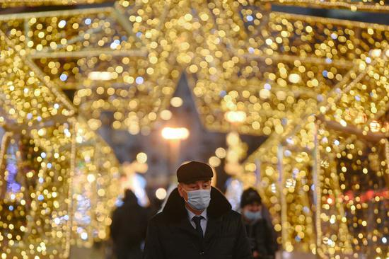 A man wearing a face mask walks on a street in Moscow, Russia, on Dec. 23, 2020. (Xinhua/Evgeny Sinitsyn)