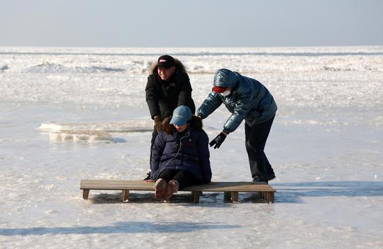 大连沿海沿岸冻结的渤海水