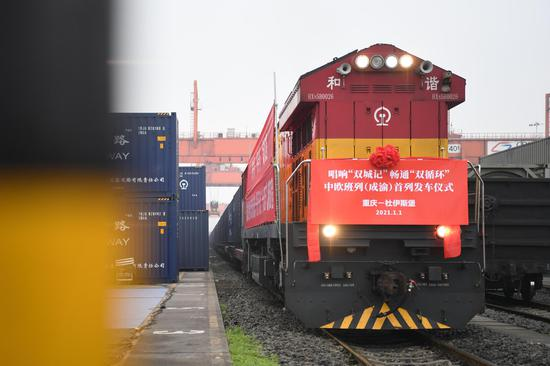 A China-Europe freight train bound for Duisburg of Germany prepares for departure at Tuanjiecun Station in southwest China's Chongqing, Jan. 1, 2021. (Xinhua/Tang Yi)
