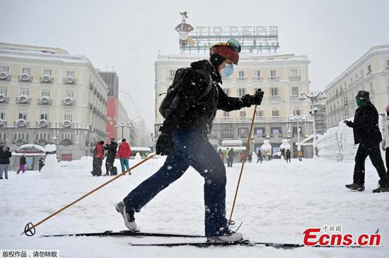 Historical snowfall in Madrid makes city a ski resort