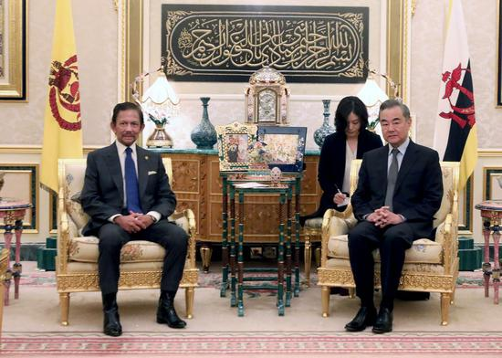 Brunei's Sultan Haji Hassanal Bolkiah (L) meets with visiting Chinese State Councilor and Foreign Minister Wang Yi in Bandar Seri Begawan, Brunei, on Jan. 14, 2021. (Photo by Jeffrey Wong/Xinhua)