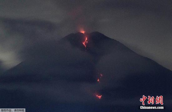 火山材料从印度尼西亚东爪哇的塞默鲁山喷出