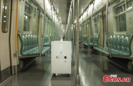 北京地铁4号线采用机器人对车厢进行消毒