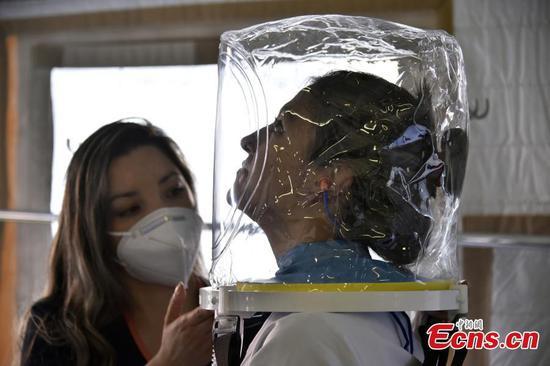 哥伦比亚医院推出透明头盔式氧气面罩